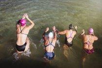Вид сверху женских активных пловцов на океан на открытом воздухе — стоковое фото