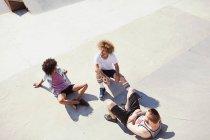 Overhead männlichen Freunde hängen am sonnigen Skatepark anzeigen — Stockfoto