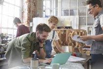 Concepteurs brainstorming à l'ordinateur portable dans l'atelier — Photo de stock