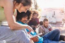 Freunden rumhängen mit digital-Tablette — Stockfoto