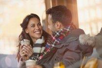 Усміхаючись молода пара пити молочні коктейлі на тротуарі кафе — стокове фото