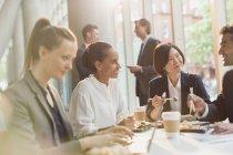 Ділові люди їдять суші обід з паличками для їжі в конференц-залі зустріч — стокове фото