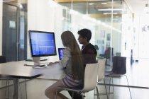 Студенты, программирование на компьютере в классе — стоковое фото