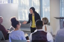Geschäftsfrau gestikuliert, Konferenzleitung — Stockfoto