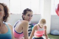 Портрет улыбаясь уверенно молодая женщина, тренируясь в тренажерном зале — стоковое фото