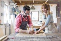 Artistas de vidro manchado trabalhando em estúdio — Fotografia de Stock