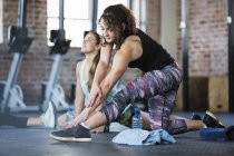 Junge Frau, die Dehnung Bein in Übung — Stockfoto