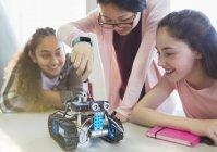 Schülerinnen montieren Robotik im Klassenzimmer — Stockfoto