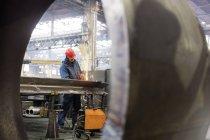 Зварювальник за допомогою факел зварювання сталевих заводі — стокове фото