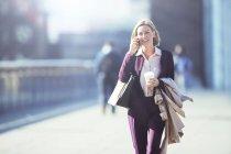 Geschäftsfrau, reden über Handy auf Stadt Bürgersteig — Stockfoto
