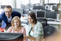 Geschäftsleute, die am Computer im Büro — Stockfoto