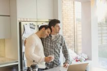 Ласкаві чоловічого гей-пара з кава у кухні — стокове фото