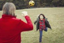 Pai torcendo por filho brincalhão correndo no parque — Fotografia de Stock