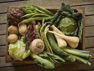 Variété de récolte de légumes frais, bio, sain Still life dans caisse en bois — Photo de stock