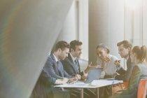 Uomini d'affari che usano il computer portatile in riunione — Foto stock