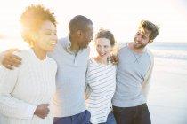 Група веселий друзів на пляжі — стокове фото