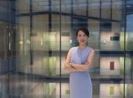 Portrait femme d'affaires confiante dans l'atrium de bureau moderne — Photo de stock