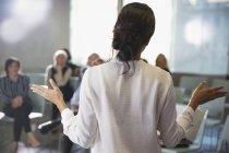 Geschäftsfrau, Gestikulieren, führende Konferenz Zimmer meeting — Stockfoto