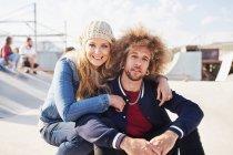 Портрет посміхаючись пара в Сонячний Скейт-парк — стокове фото
