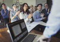 Gens d'affaires souriant frappant pour présentation de conférence principal homme d'affaires à ordinateur portable — Photo de stock