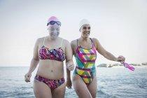 Женщины активно пловцов, ходить в океане на открытом воздухе — стоковое фото