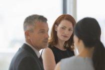 Affaires des gens parler en réunion — Photo de stock