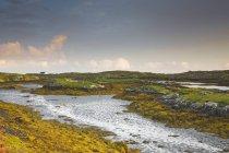 Vue tranquille de rochers escarpés et d'eau, Harris, Hébrides extérieures — Photo de stock