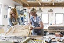 Glasmaler arbeiten im Atelier — Stockfoto