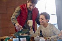 Par cocinar y beber en la mesa de la cabina - foto de stock