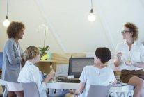 Büroangestellte, die dem gemeinsamen Mittagessen im modernen Büro — Stockfoto