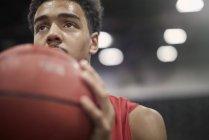 Закрыть вверх целенаправленного молодых мужчин баскетбола игрок баскетбола — стоковое фото