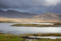 Nuages au dessus des collines rocailleuses et lac, Loch Aineort, South Uist, Hébrides extérieures — Photo de stock