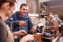 Bijoutiers à l'aide de matériel en atelier — Photo de stock