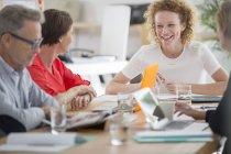 Gens parlent et souriant au cours de la réunion d'affaires — Photo de stock