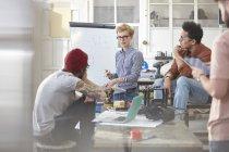 Réunion de designers, brainstorming en atelier — Photo de stock
