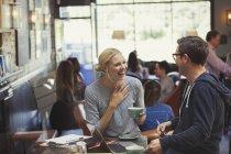 Kreative Unternehmer und Unternehmerin, reden und trinken Kaffee im café — Stockfoto