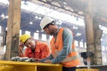 Встреча металлургов на заводе — стоковое фото