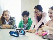 Étudiants de programmation et de tests robotique en classe — Photo de stock
