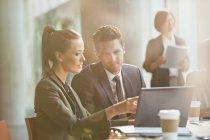 Gente de negocios, reunión de trabajo en el ordenador portátil - foto de stock