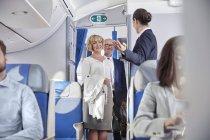 Flight Attendant Gruß Fluggästen Flugzeug — Stockfoto