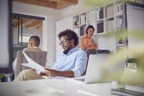 Konzentrierte sich Geschäftsmann Überprüfung Papierkram im Büro — Stockfoto