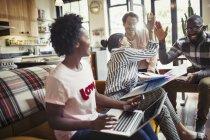 Gens d'affaires créatifs haut-cinq dans la réunion — Photo de stock