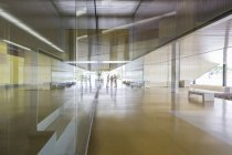 Handshaking de pessoas de negócios em distância no corredor de entrada do escritório moderno — Fotografia de Stock