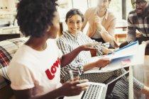 Gens d'affaires créatives rencontre, discuter des formalités administratives — Photo de stock