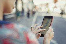 Закрыть женщину с помощью GPS смартфона на улице — стоковое фото