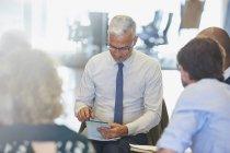 Бізнесмен, використовуючи цифровий планшетний зустрічі в сучасному офісі — стокове фото