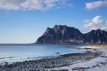 Scogliere scoscese e remoto ocean beach, Utakliev, Lofoten, Norvegia — Foto stock
