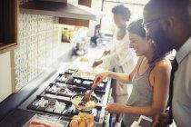 Par cocinar huevos revueltos en la estufa en la cocina - foto de stock