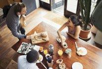 Amico coinquilini e fare colazione e bere caffè a tavola — Foto stock