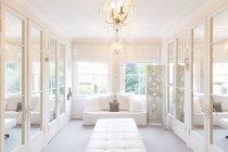 Weiße, luxuriöse Wohnung Vitrine im Inneren Ankleideraum mit verspiegelten Schränken — Stockfoto